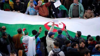 Photo of الجزائريون يخرجون في مظاهرة حاشدة لإبعاد الجيش عن الحكم